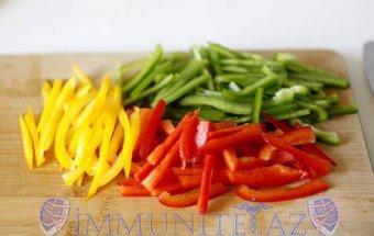 Rəngli bibər salatı